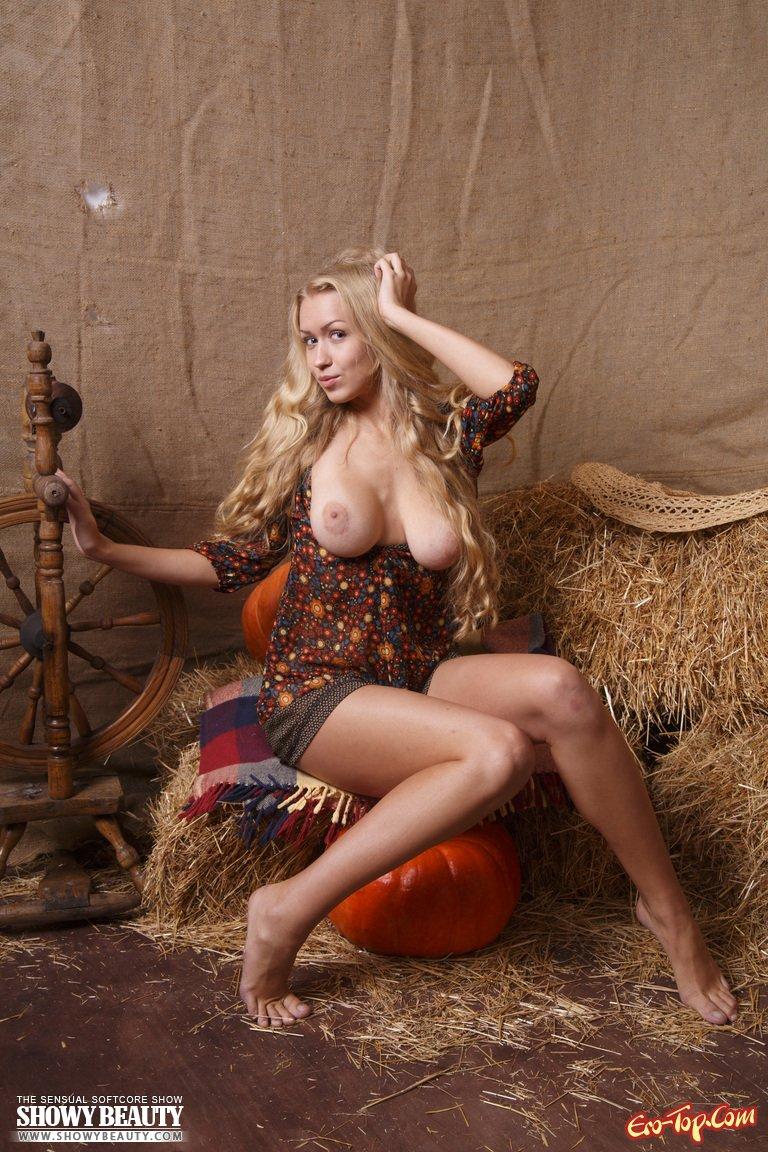 Блондинка на сене