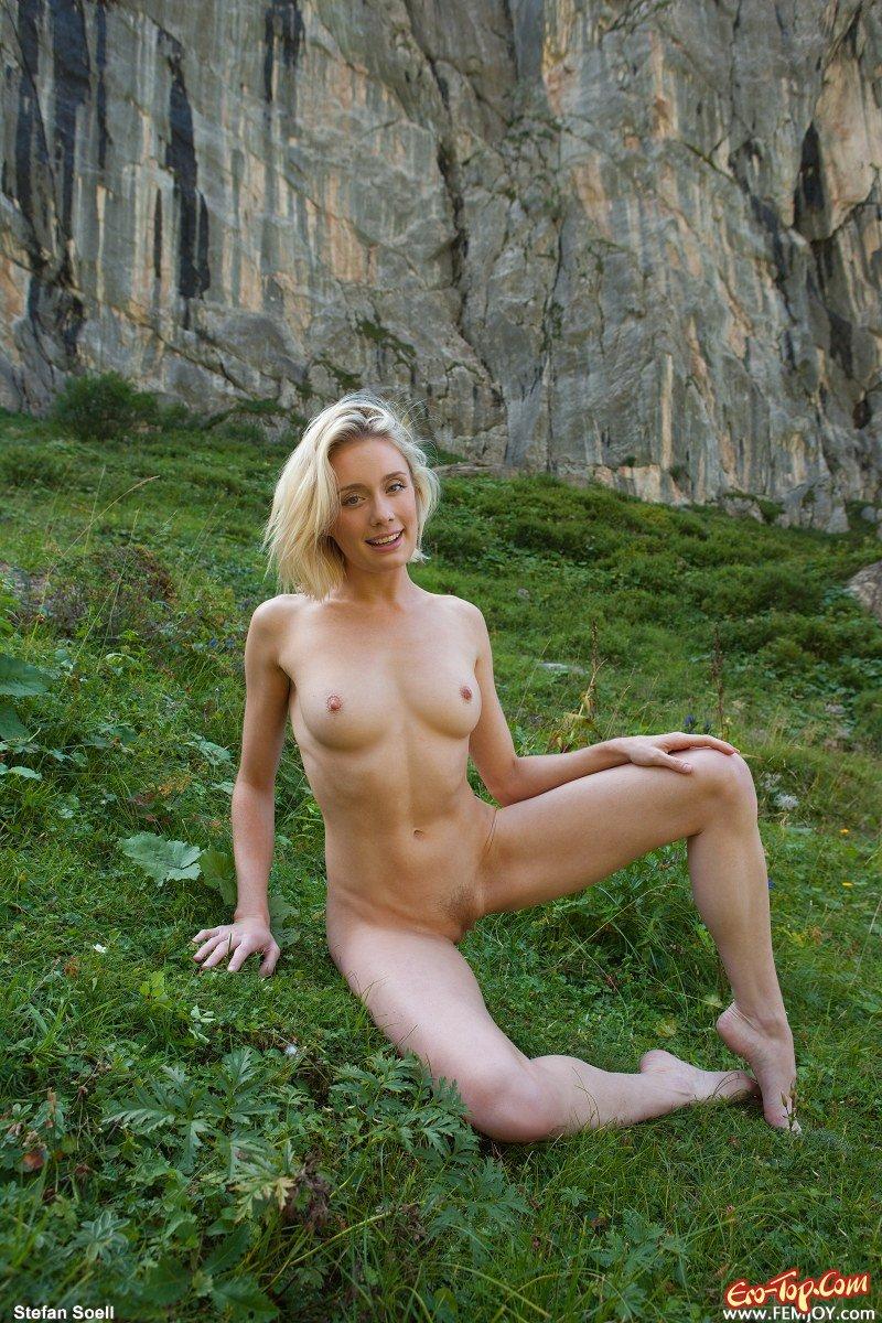 Голая в горах