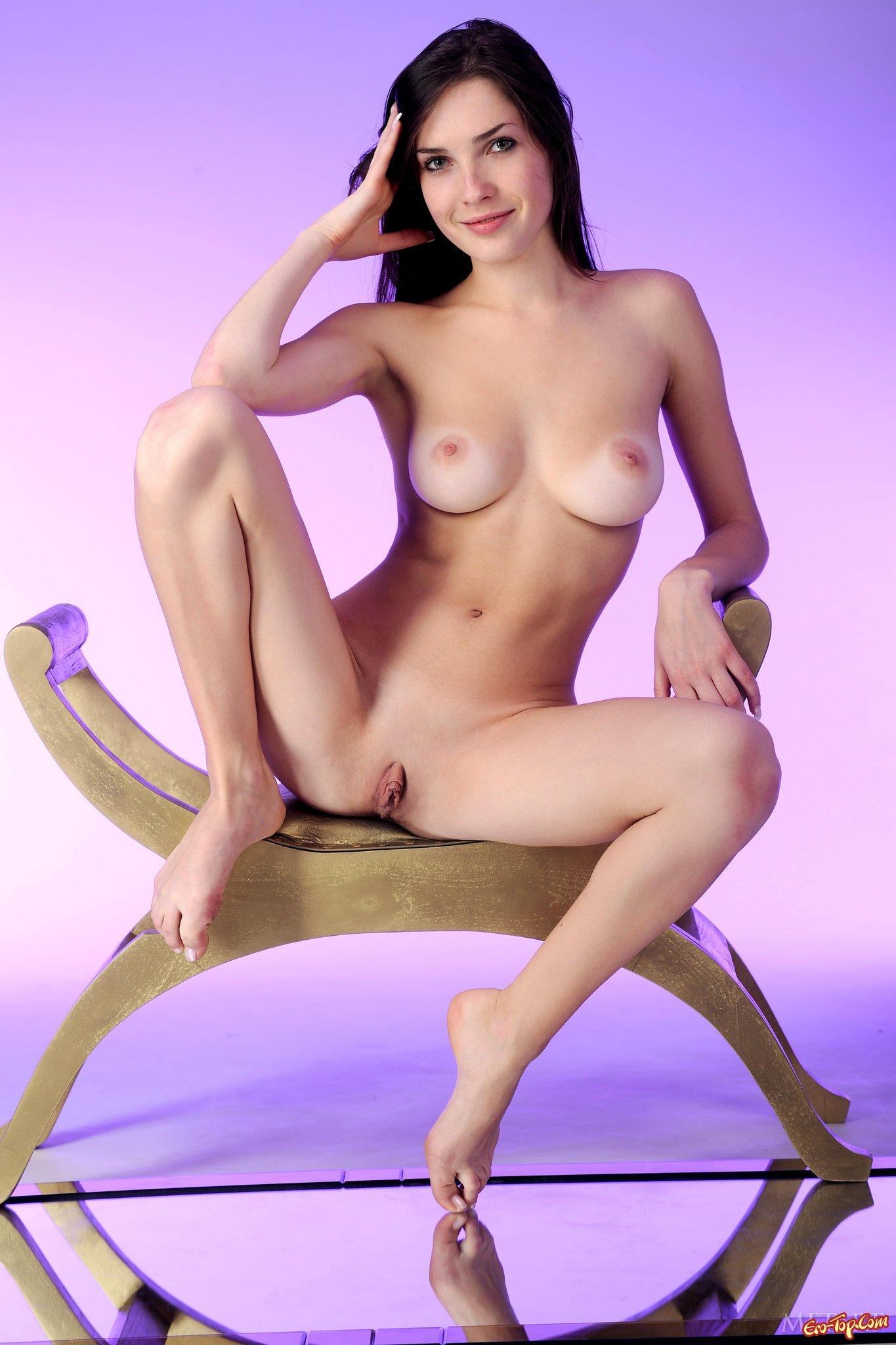 Голая девка брюнетка смотреть эротику