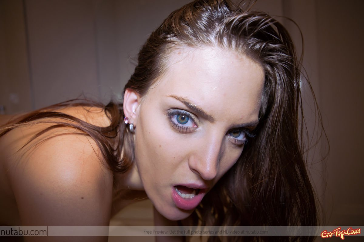 Трахает себя самотыком секс фото
