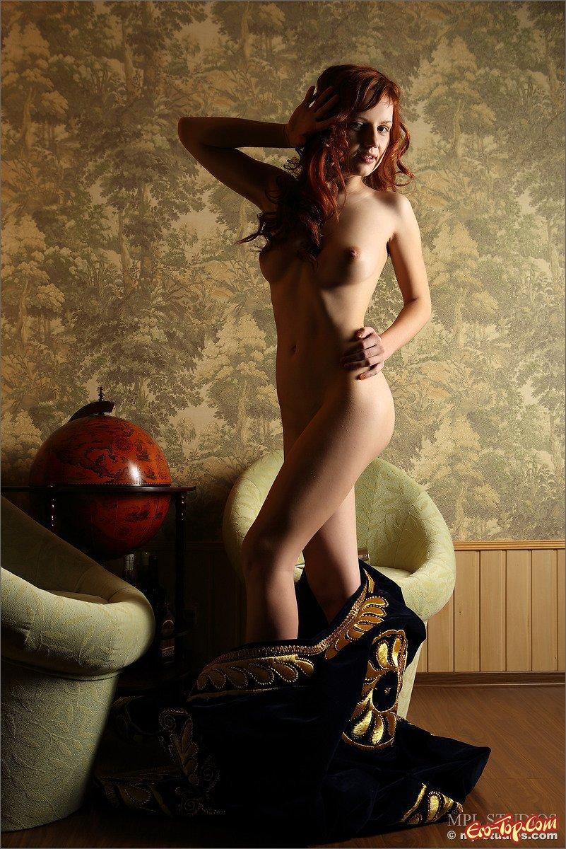 Голая блядь с рыжими волосами