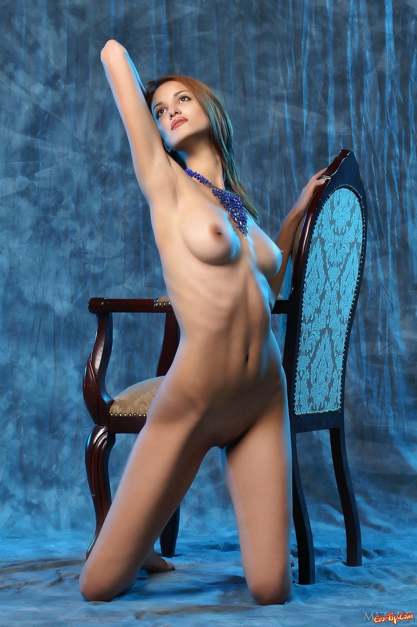 Привлекательная сучка на стуле