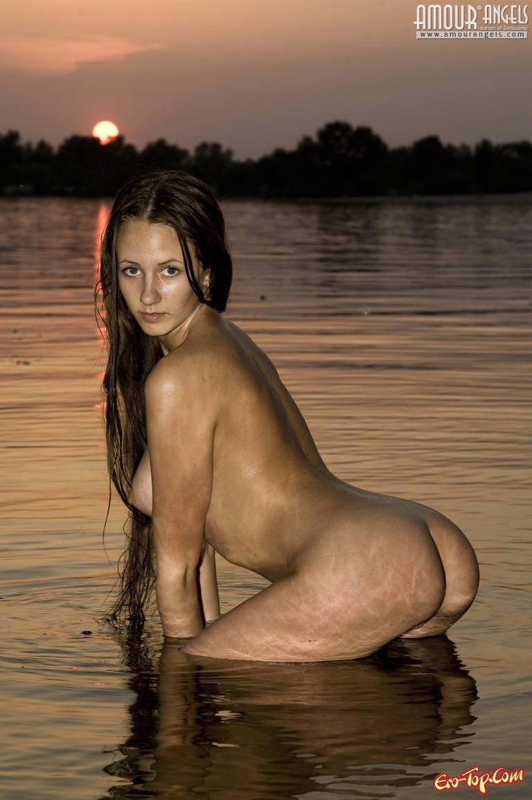 Барышня в воде на закате секс фото
