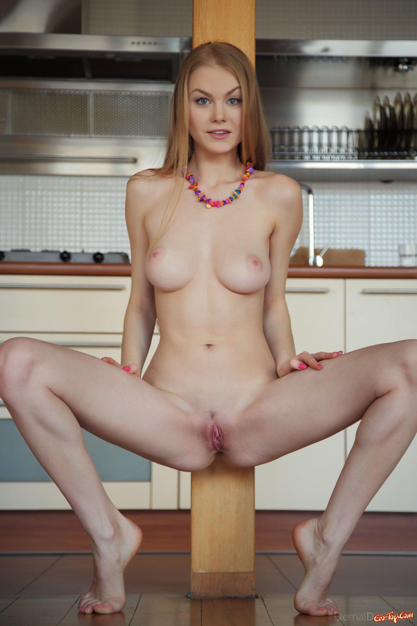 Голая девка на кухне