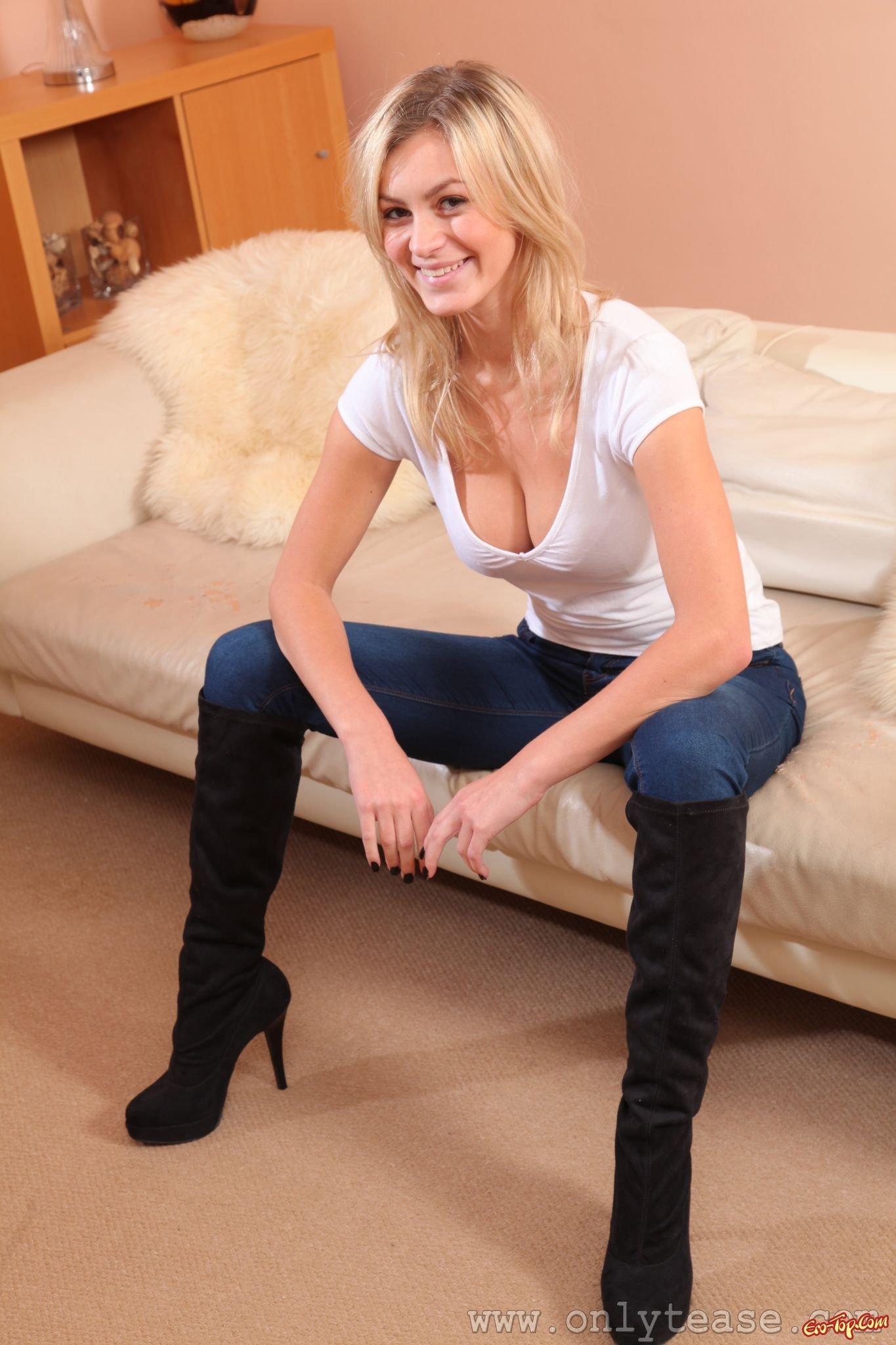 Девушка в джинсах и чулках