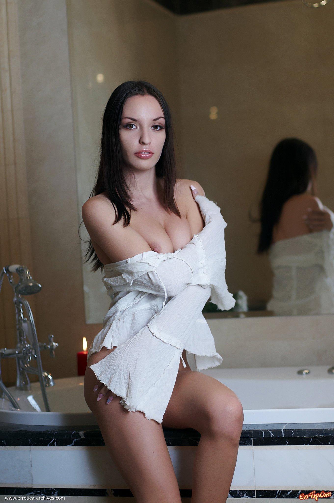 Хорошенькая шатенка в ванной смотреть эротику
