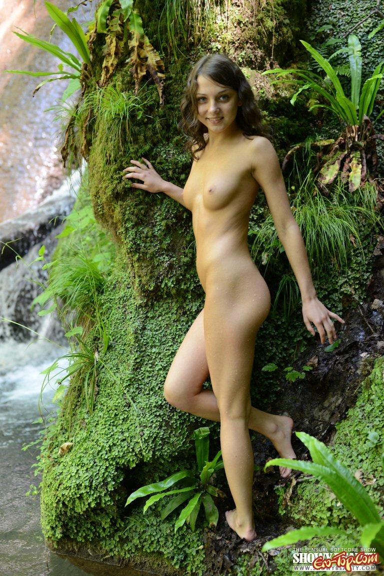 Обнаженная у водопада