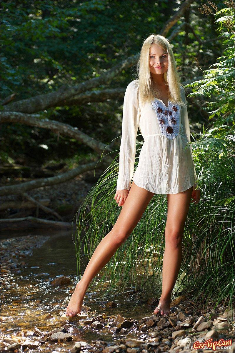 Блондинка с голой жопой