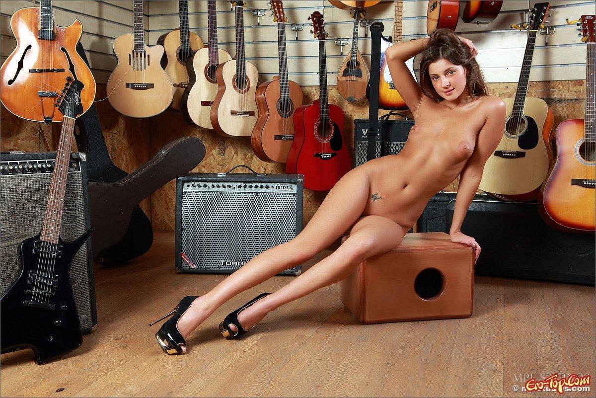 Девица с гитарами