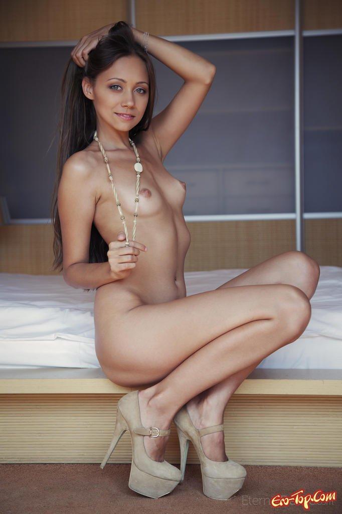 красивые голые девушки на высоких коблуках