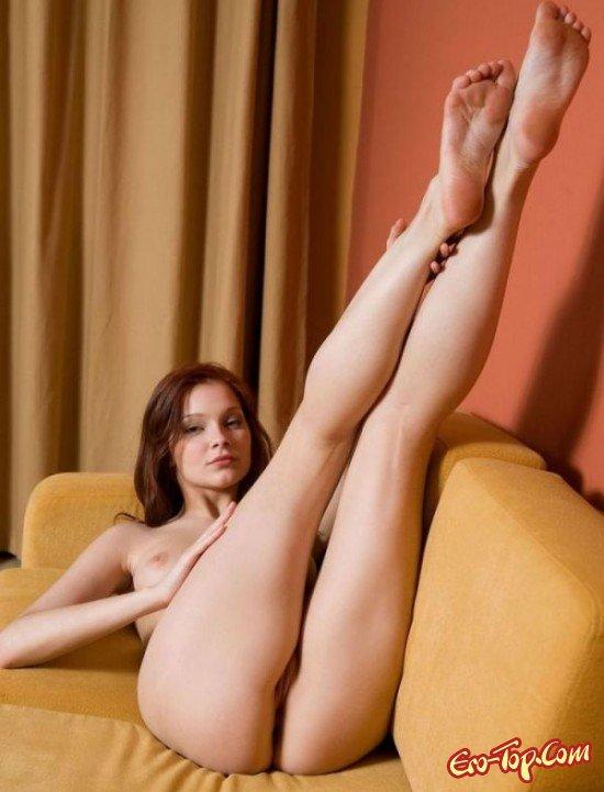 Обнаженная на софе секс фото