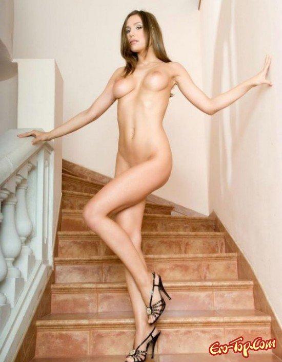 Привлекательная брюнеточка онлайн секс фото