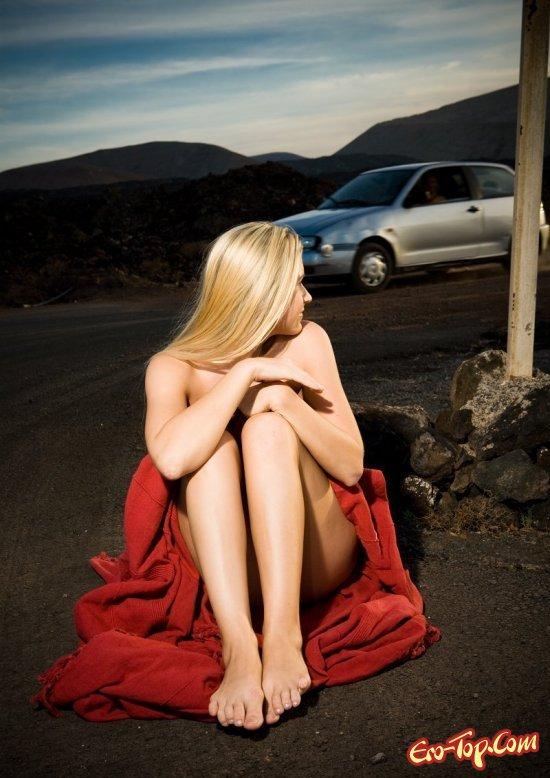 Голая woman на дороге