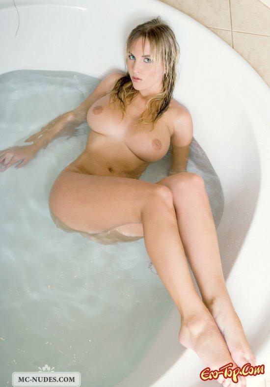 Мокрая девушка мастурбирует