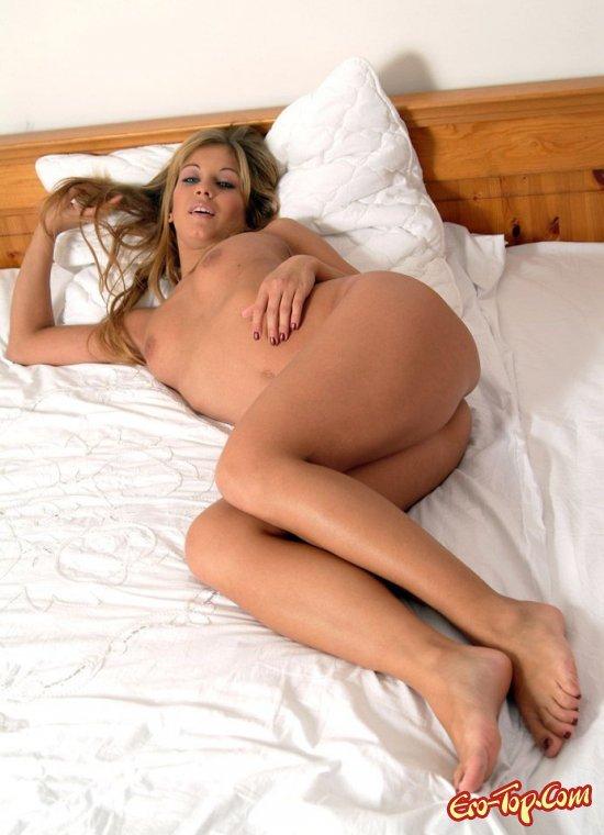 Голая на кровати