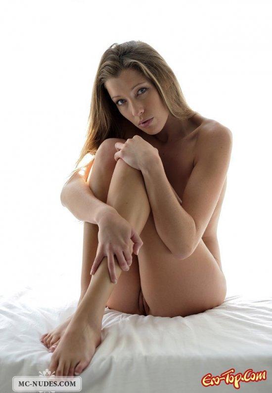 Красивая девушка в постели