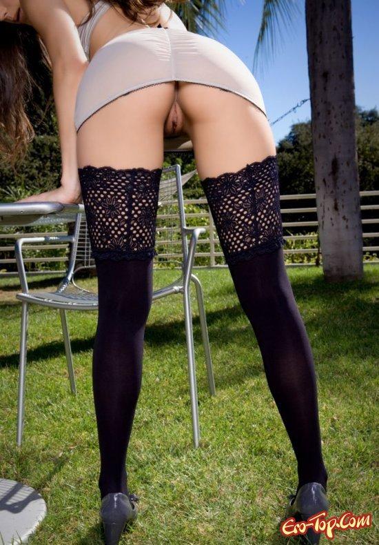 Фото голые в чулках под юбкой