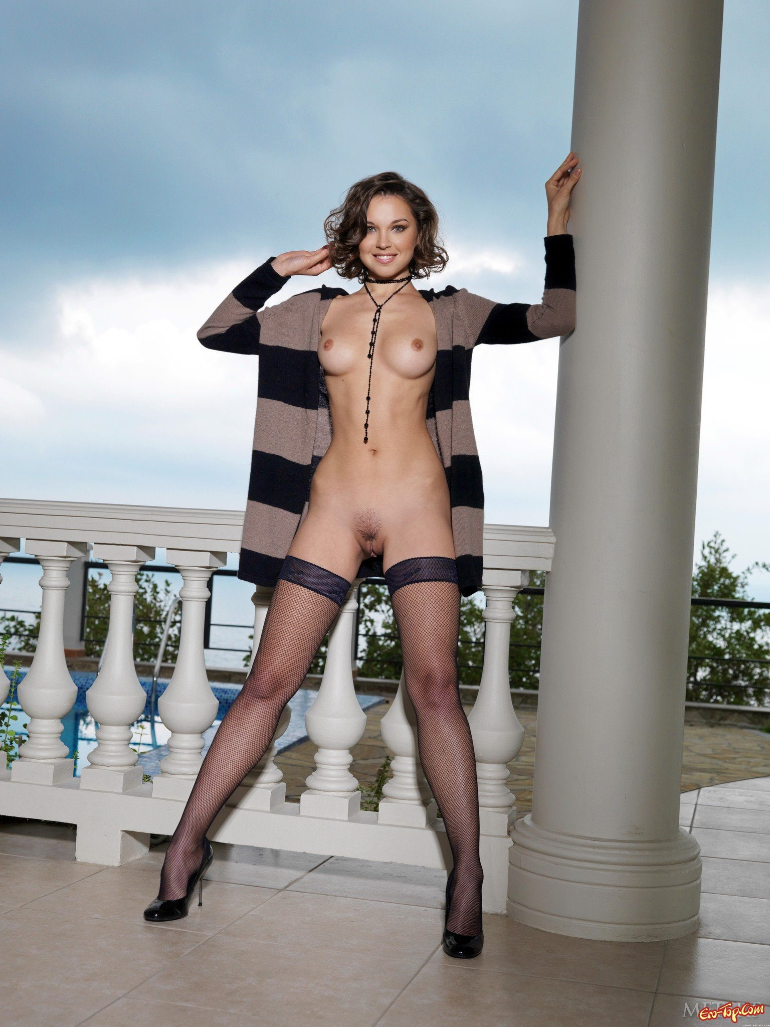 Титькастая проститутка в носках