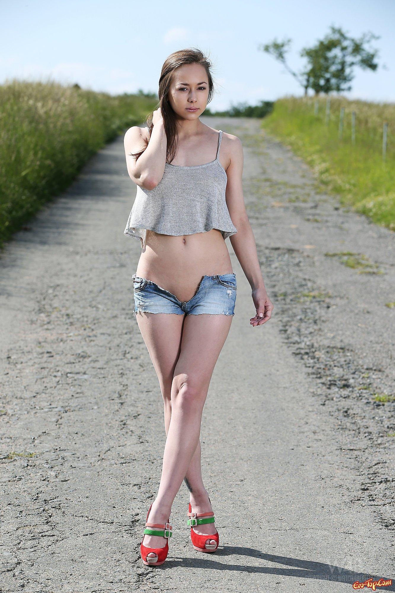 Девушка в шортах эротика фото