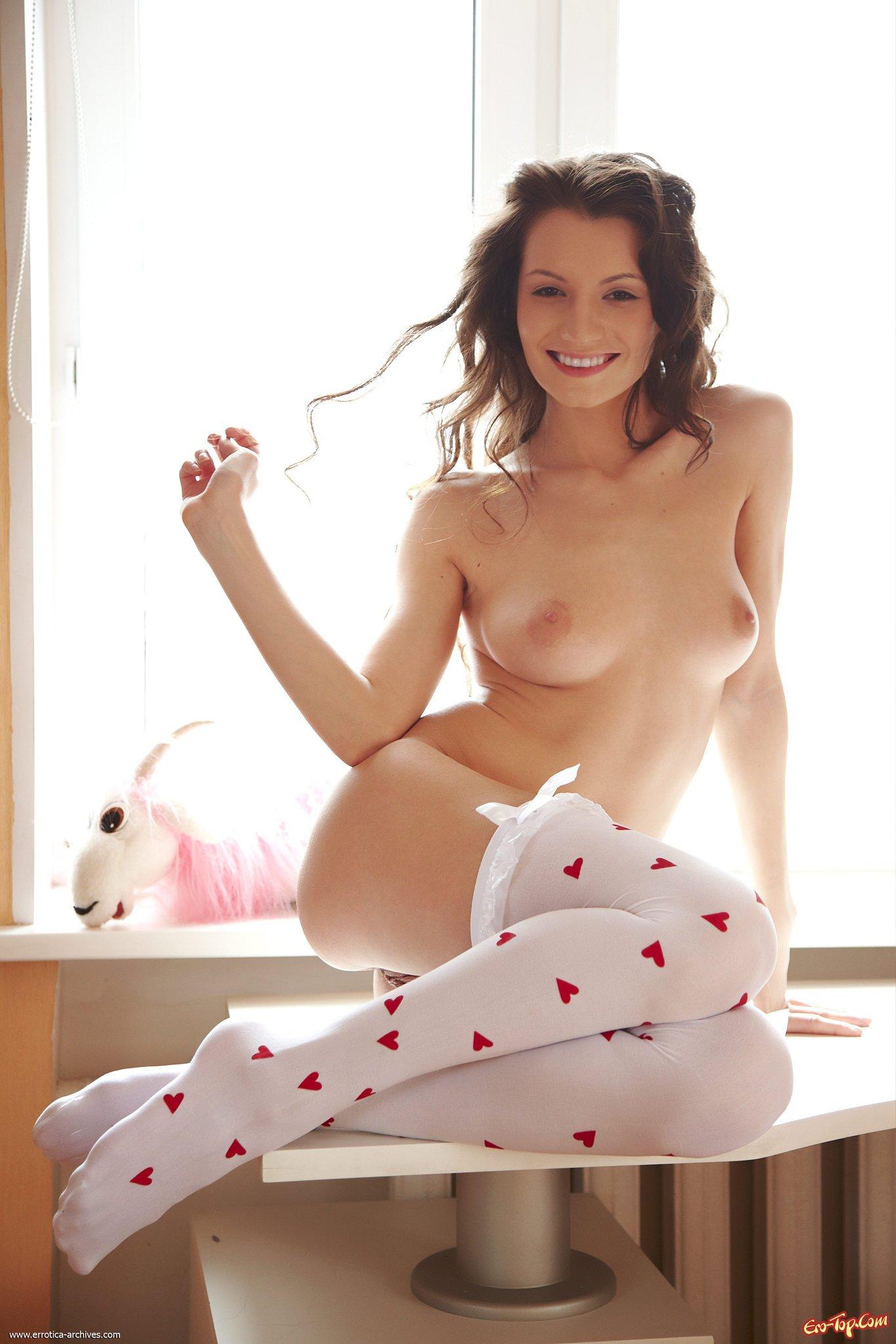 Соблазнительная красотка в чулках порно 16 фотография
