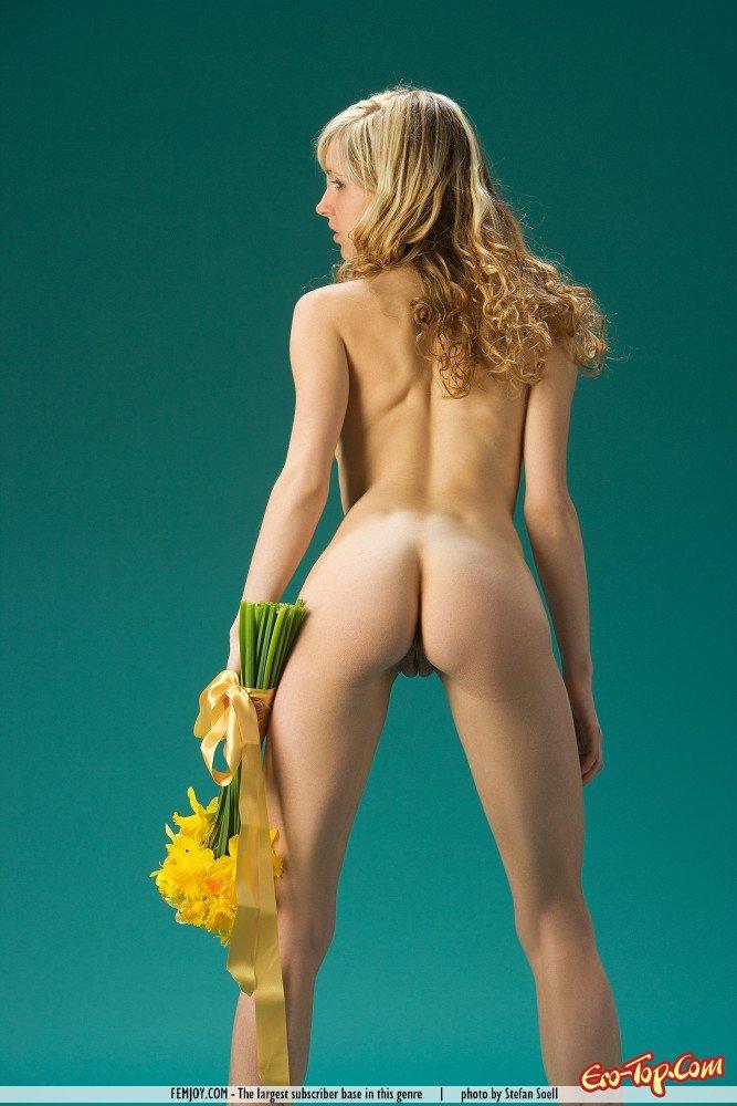 фото девушек с цветами блондинок