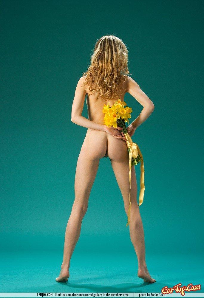 Девушка с желтыми цветами