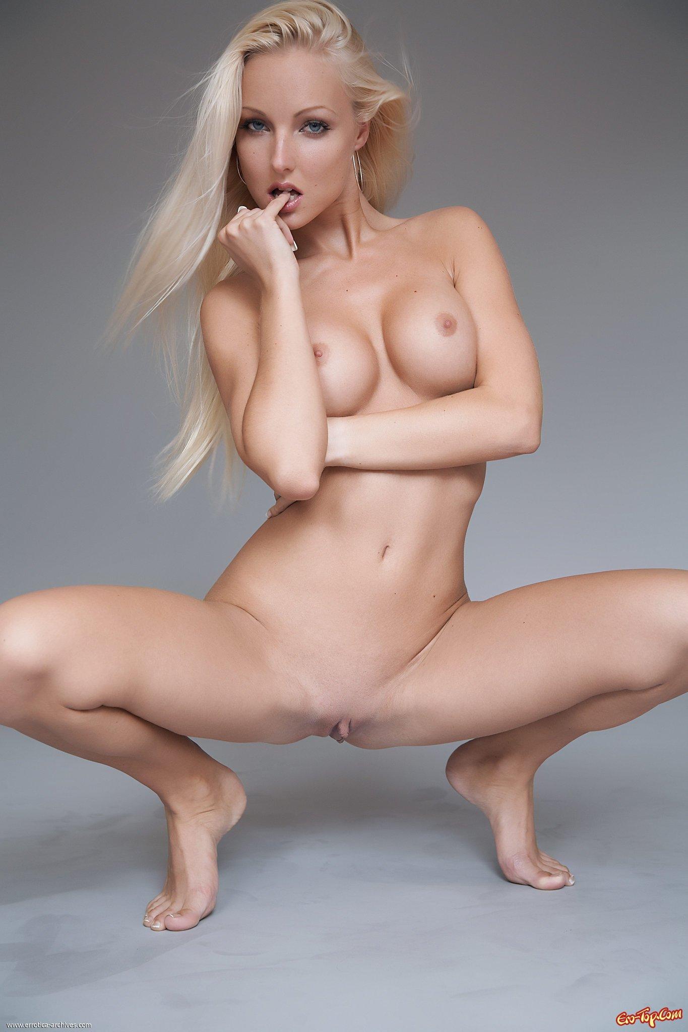 блондинка сосет на корточках голая фото
