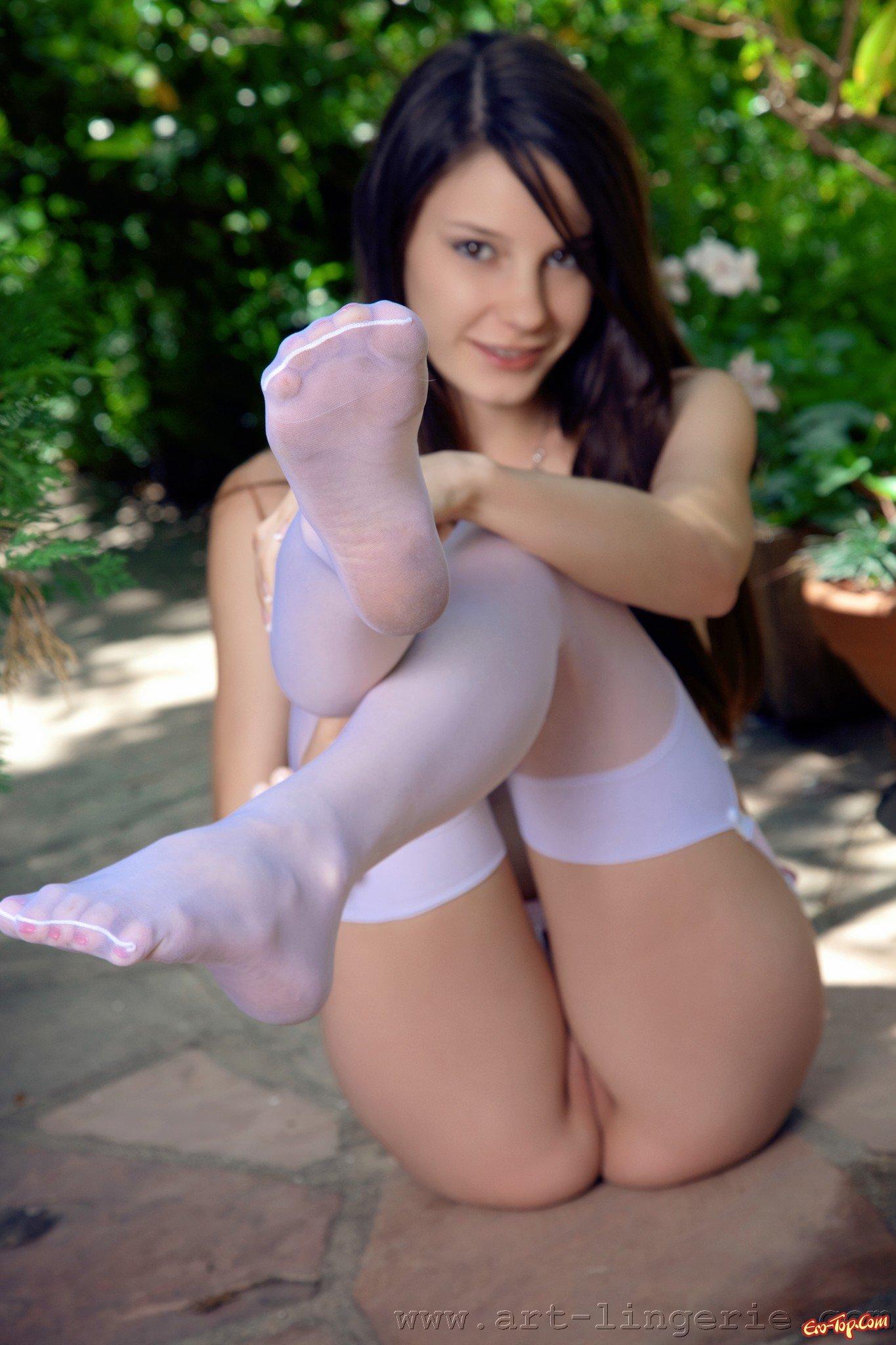 Проститутка в розовых носках