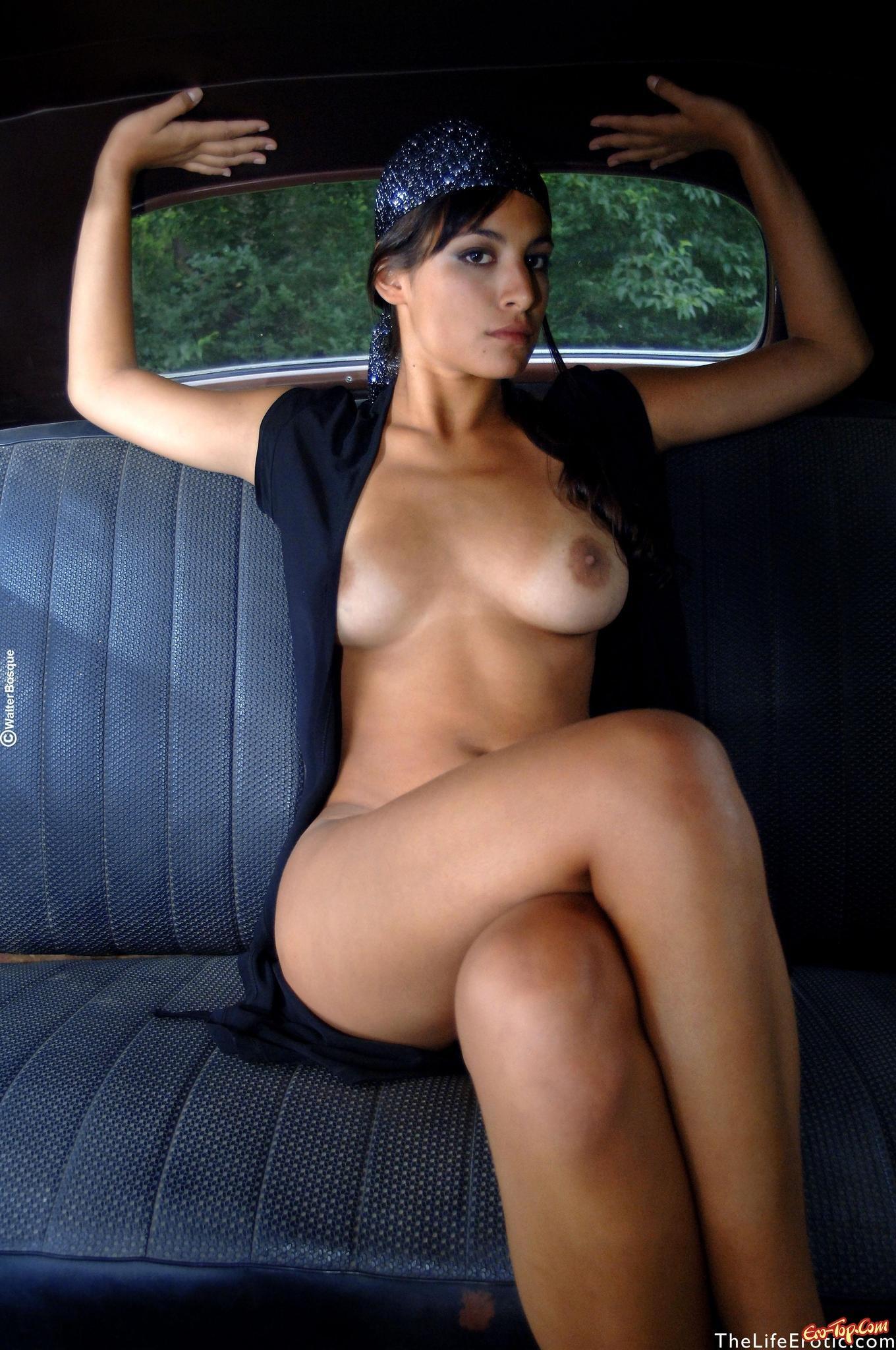 Девка в ретро авто