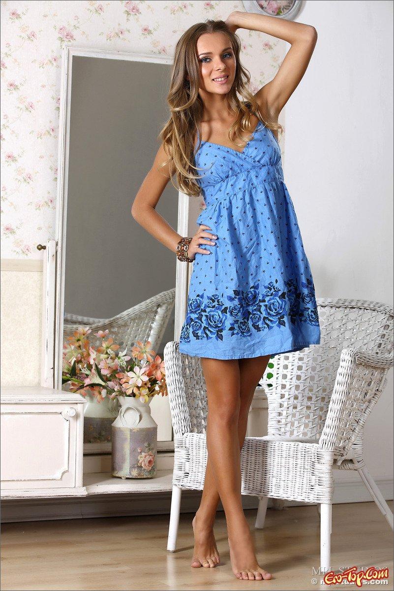 Барышня в голубом платье