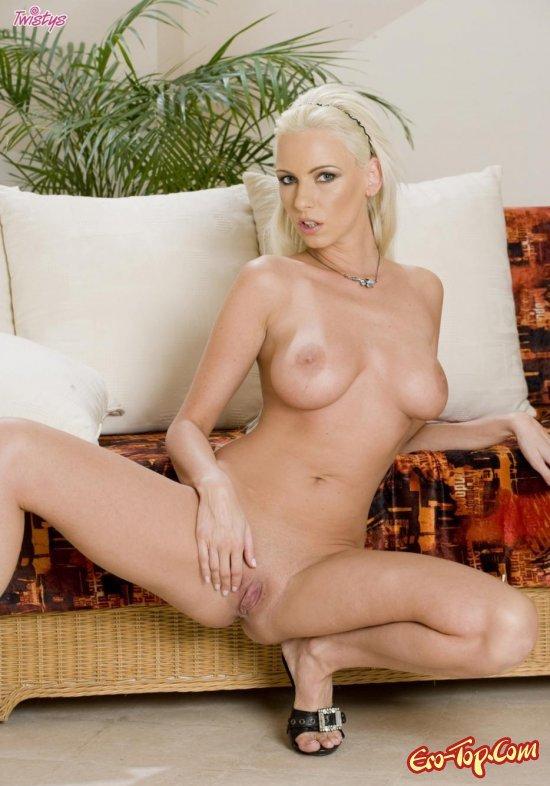 Блондинка в чёрном