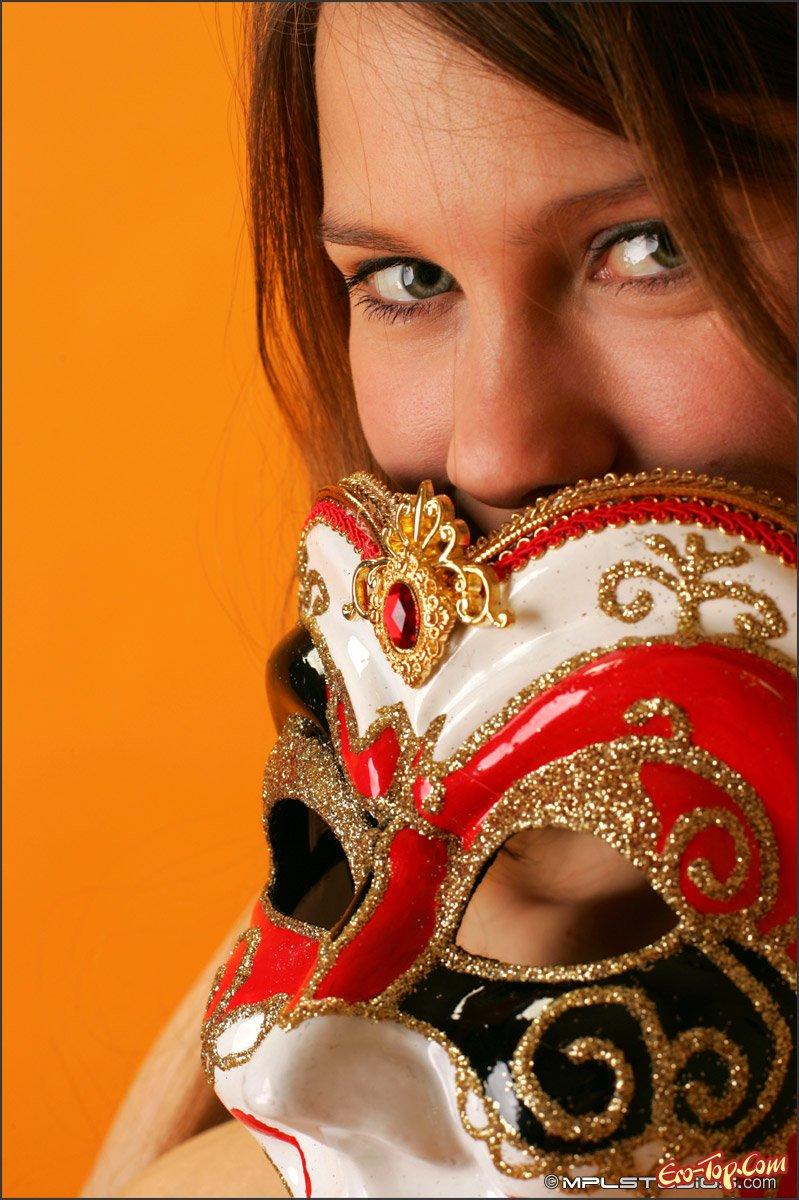Красотка в маске