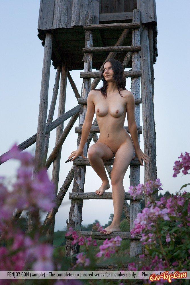 Обнаженная девушка в поле