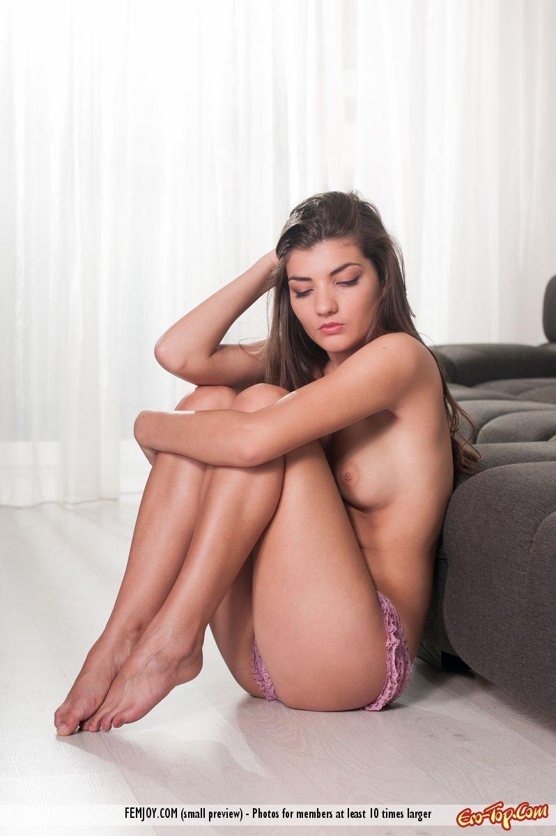Нагая на козетке секс фото