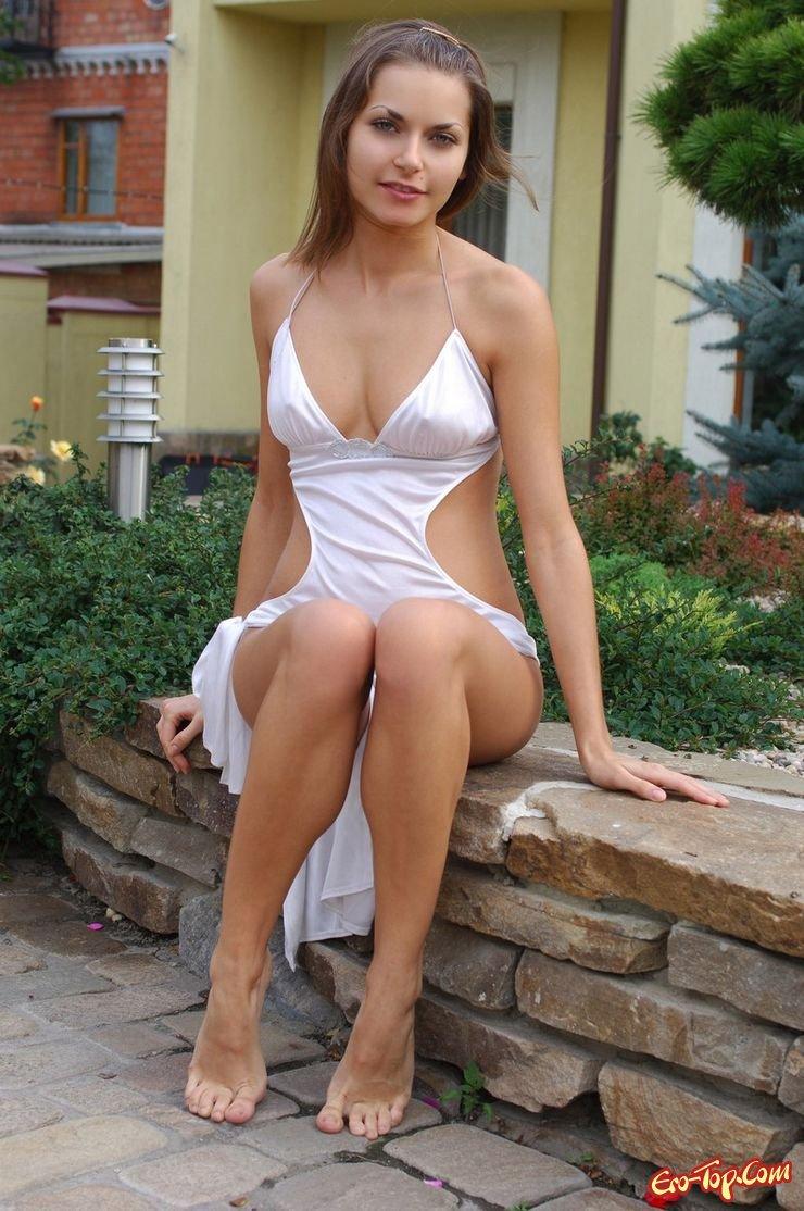 Сисястая в белом платье