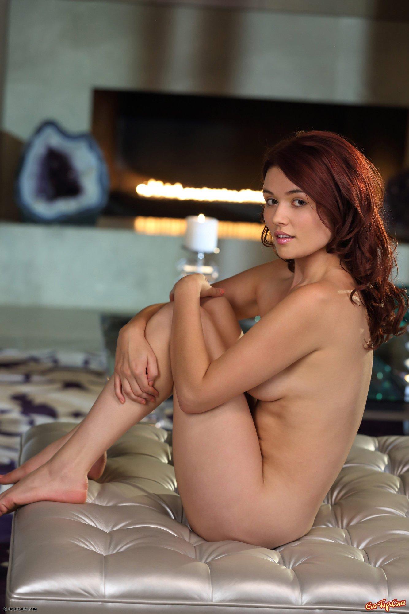 Девушка мастурбирует на пуфике