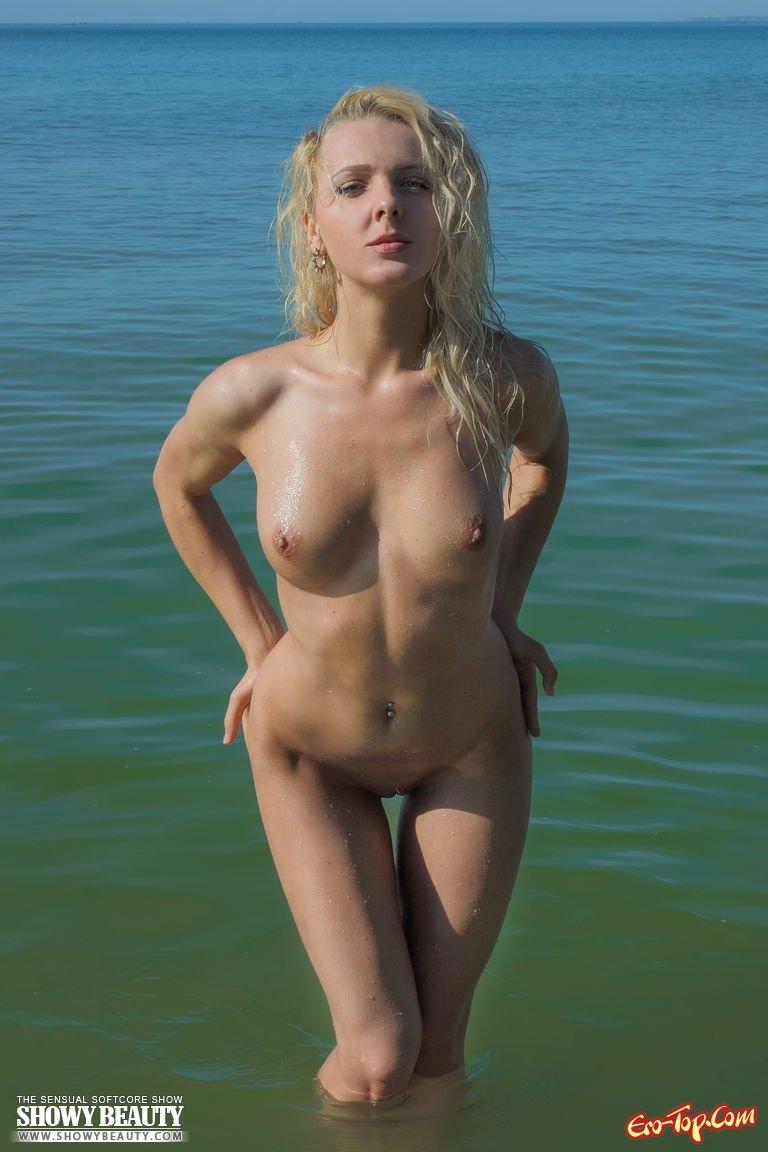 Раздевается на берегу