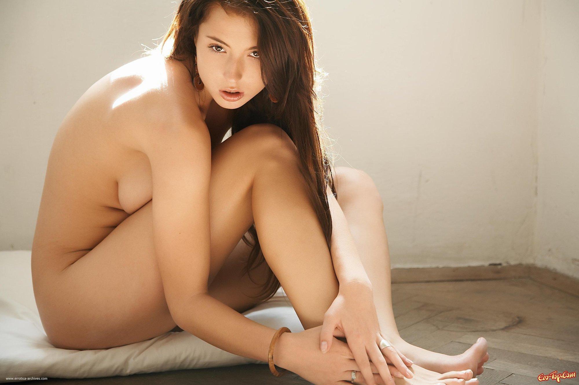 Голая на подушке