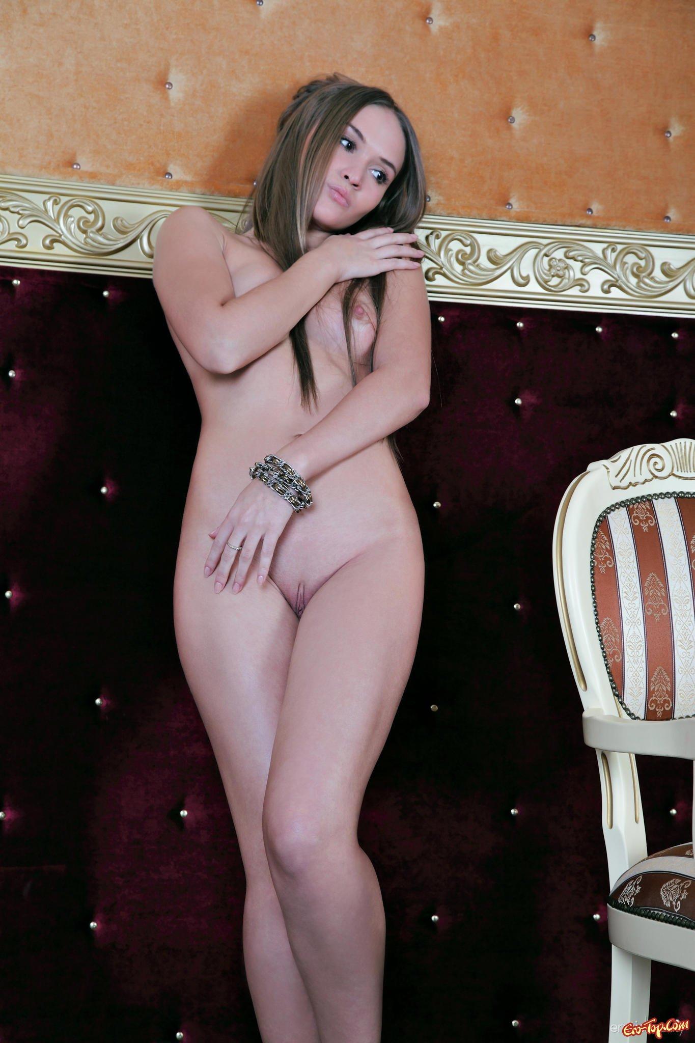 Сучка раздвигает ноги секс фото