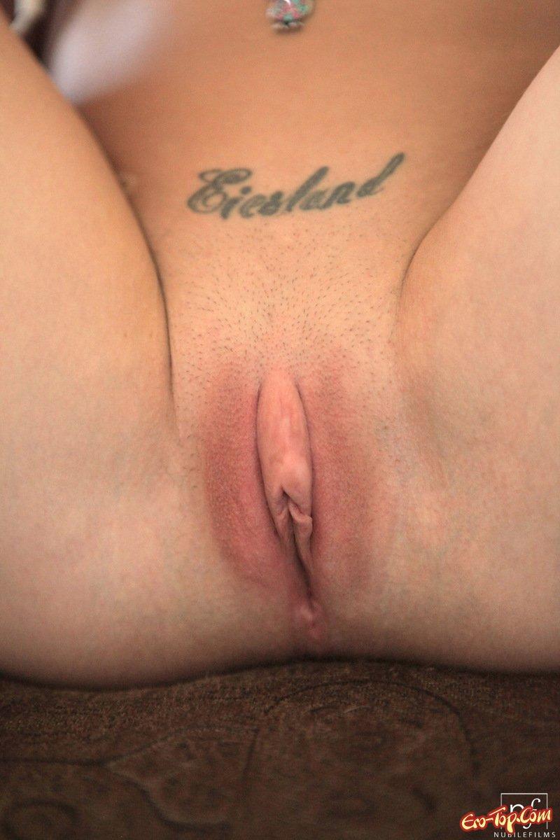 Мастурбирует вагину вибратором