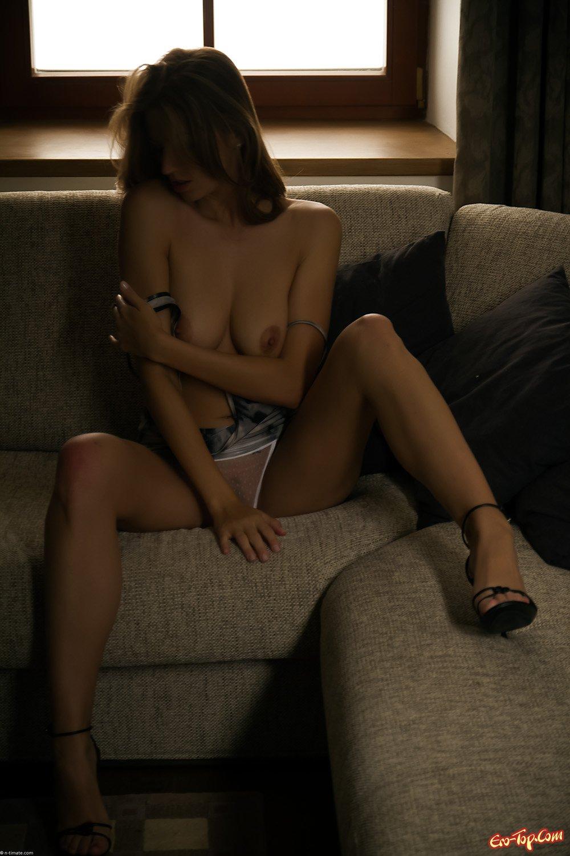 Девушка мастурбирует на диване