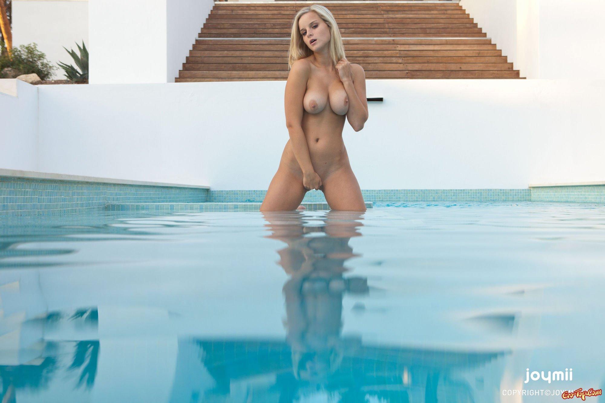 Мастурбирует в бассейне