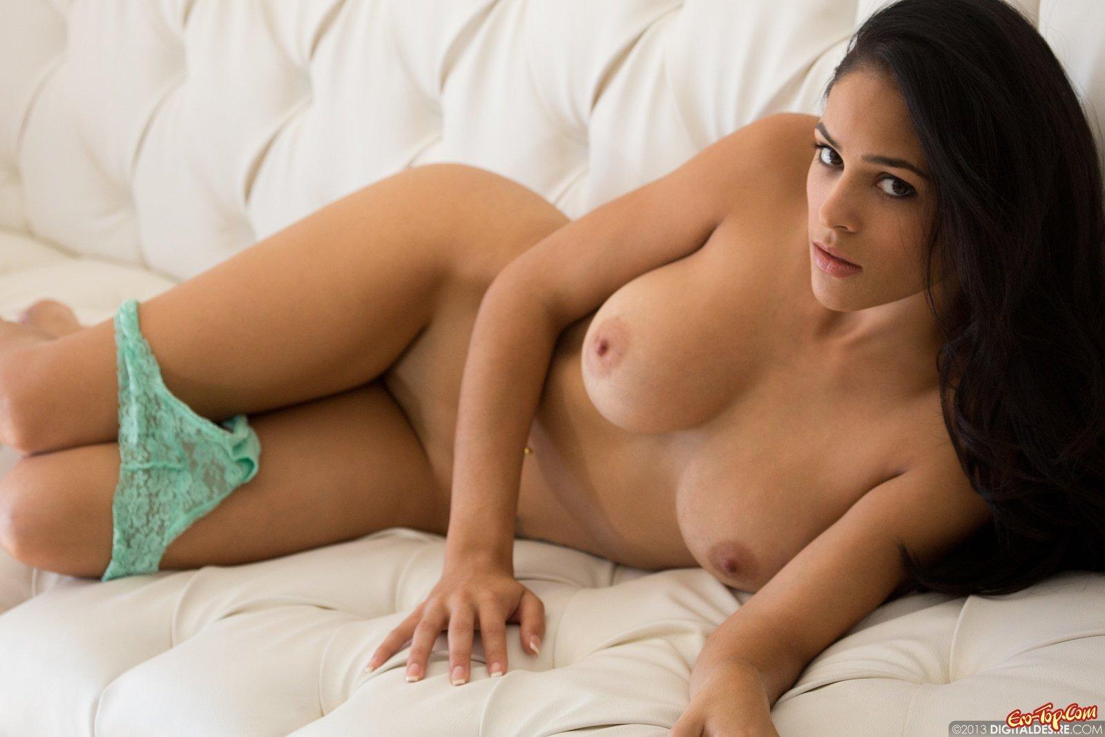 Милашка с красивыми грудями
