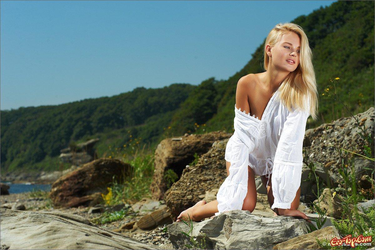 Смуглая блондинка смотреть эротику