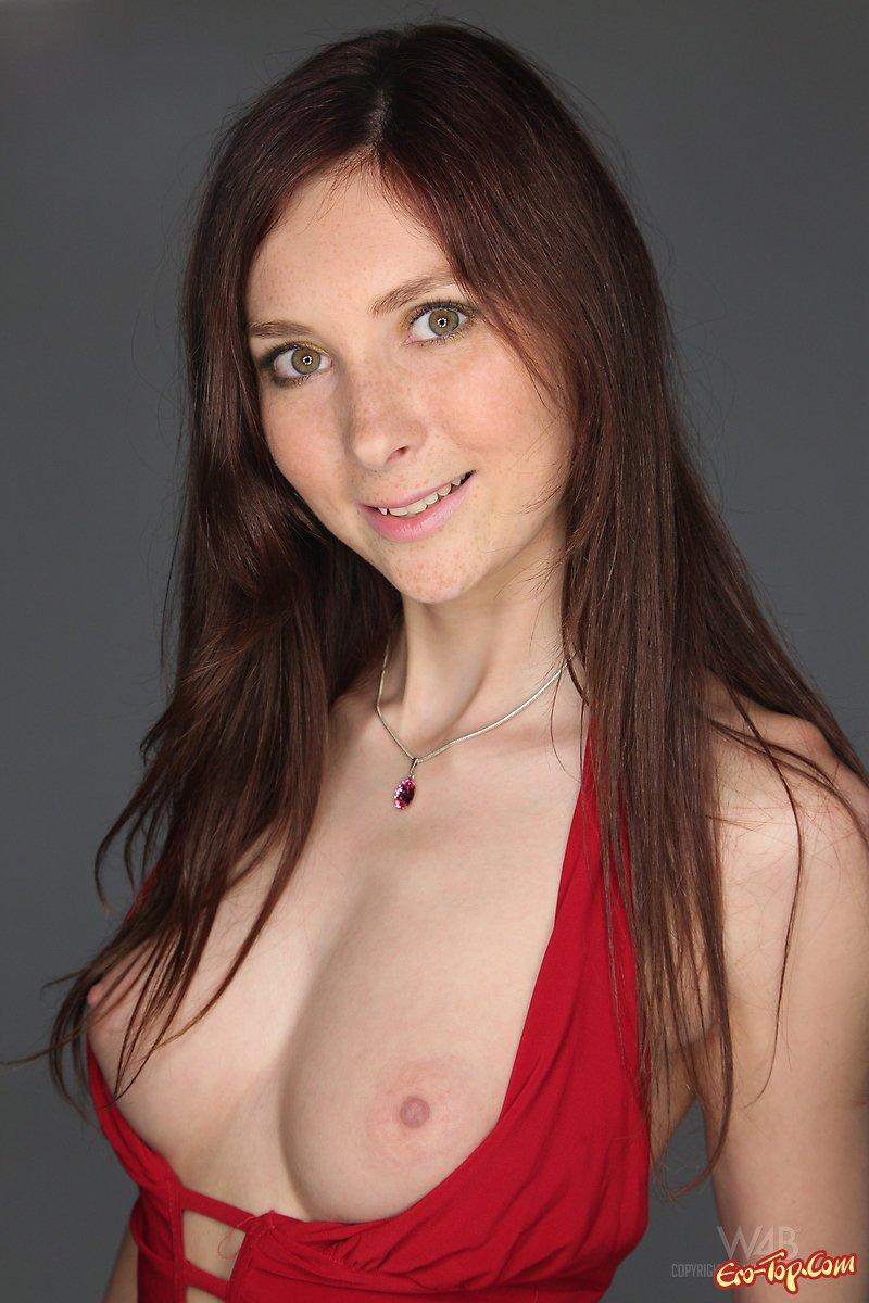 Рыжая в красном платье