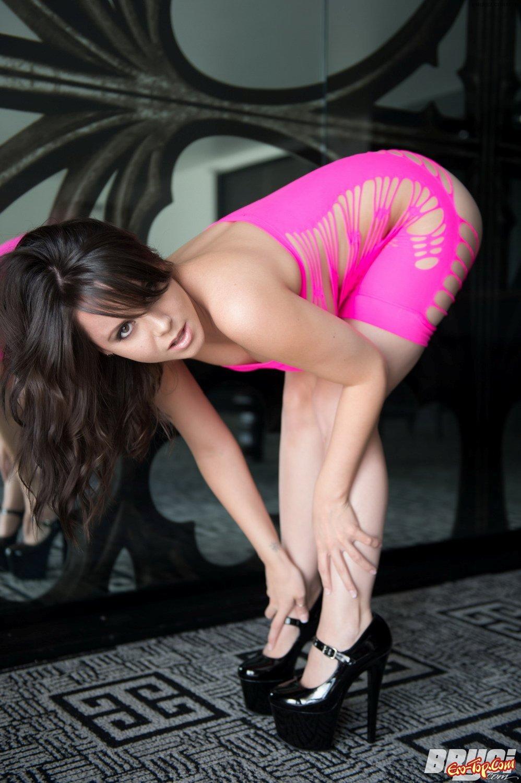Сексуальная девушка в розовом