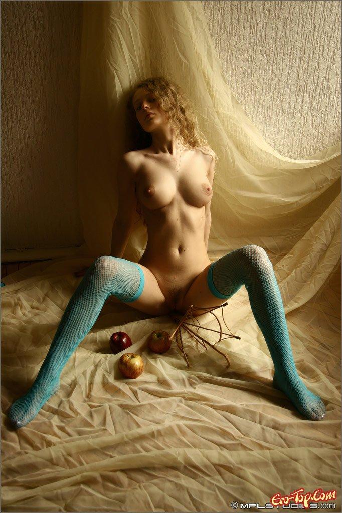 Девушка в голубых чулках