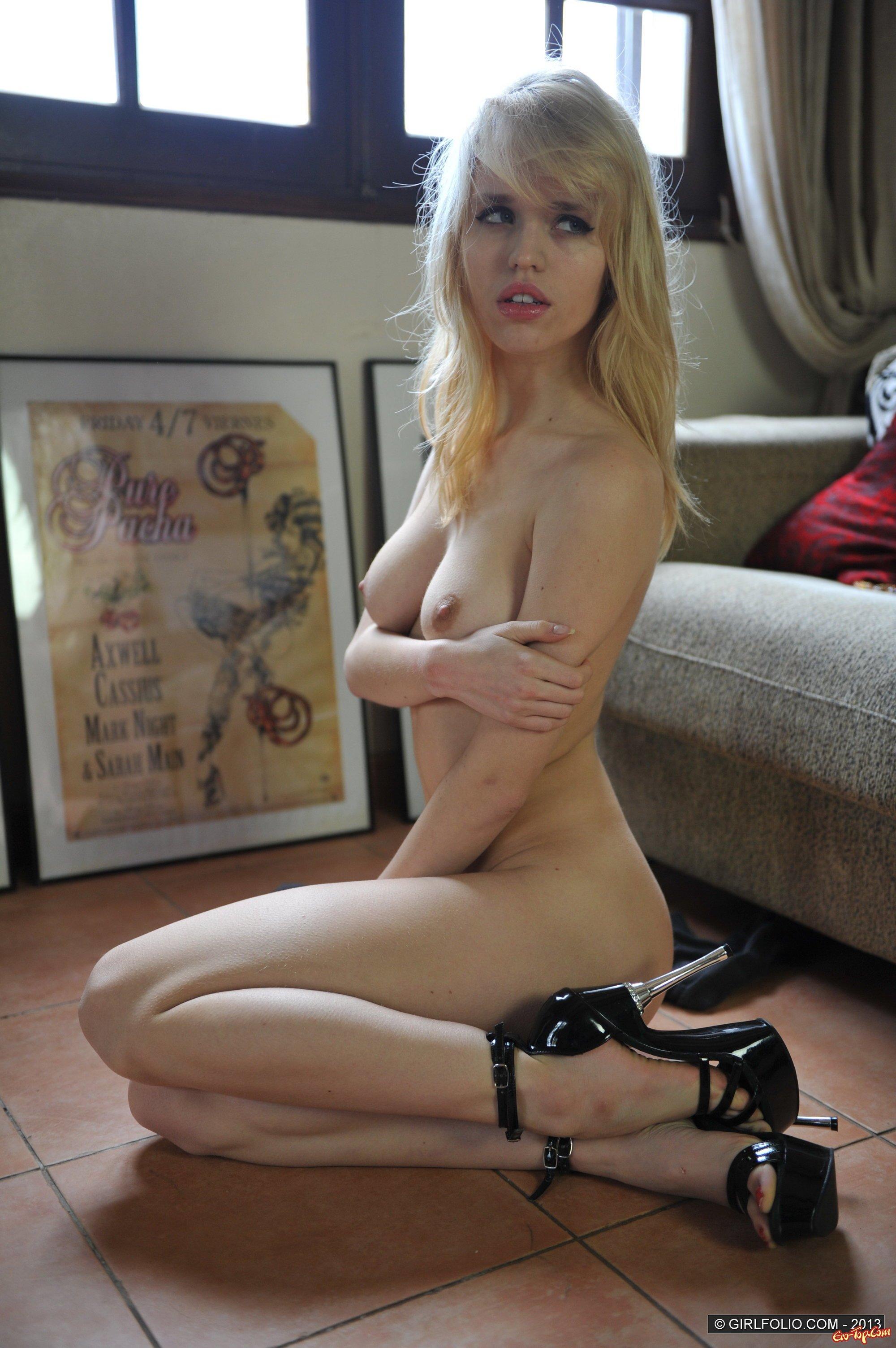 Блондинка с помадой на губах