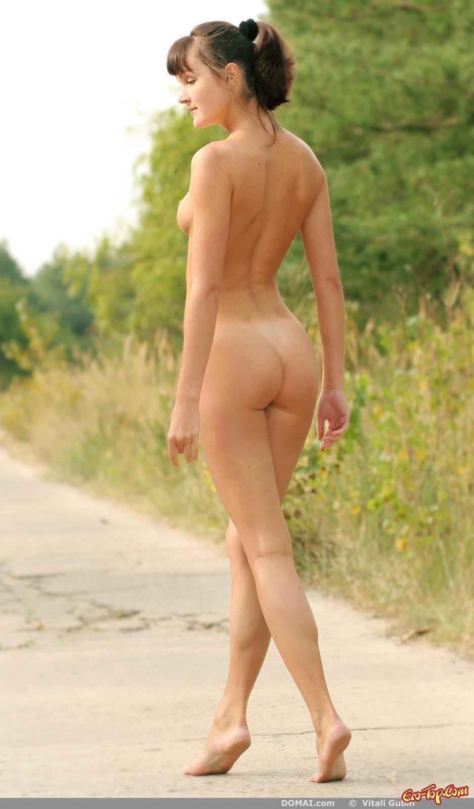 Нагая девка бродит у дороги