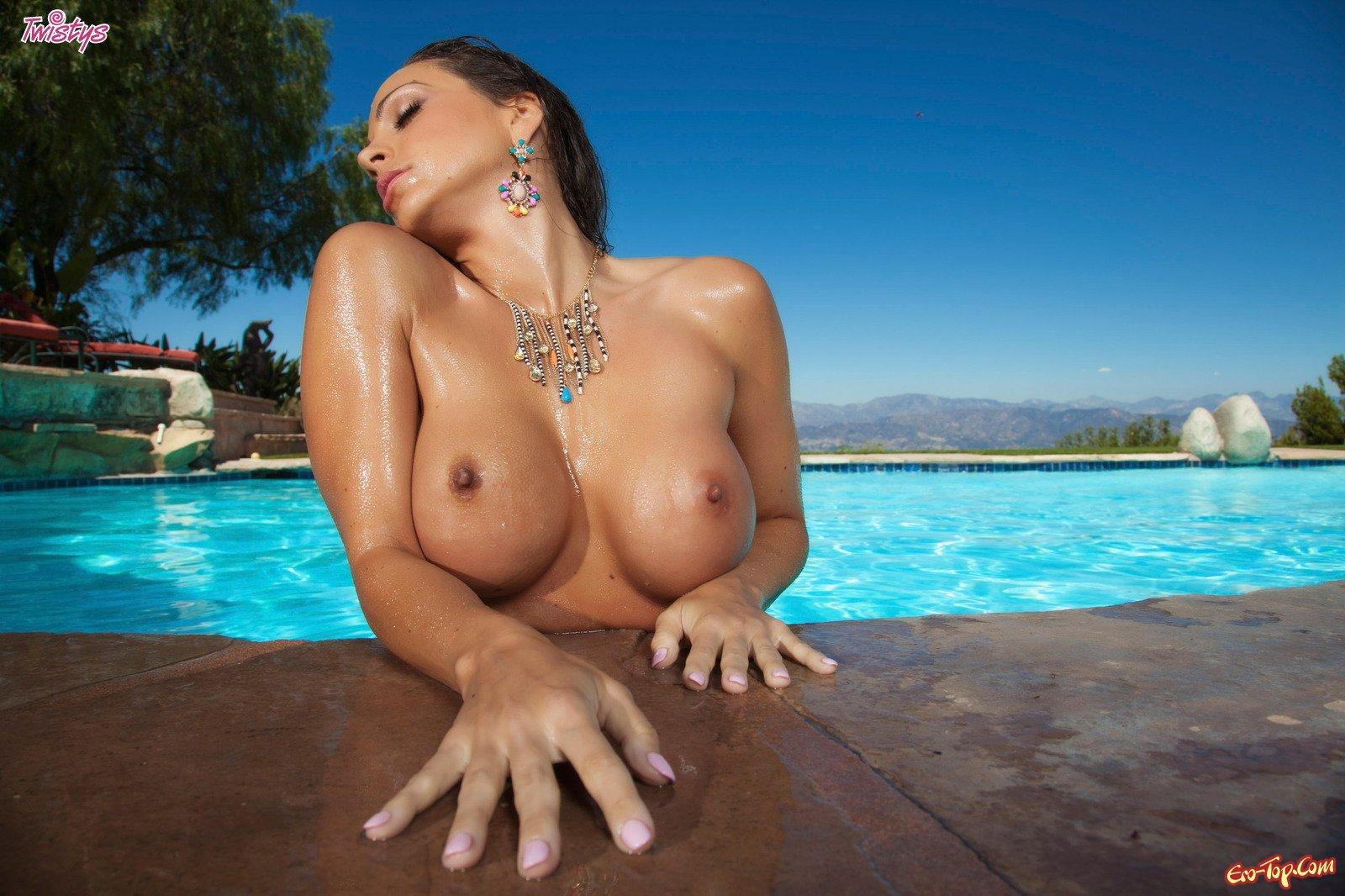 Супер деваха с громадными грудями